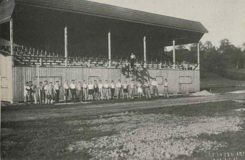 1933: Nach 7000 Frondienst-Stunden präsentieren sich die LSC Baumeister stolz vor der neuen Tribüne.