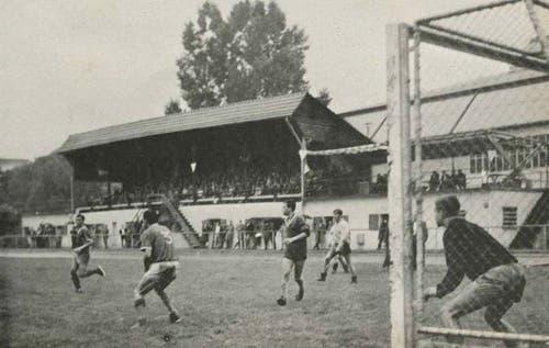 Foto vom Final des ersten Fussball-Grümpelturniers, bei dem die Nationalspieler Hasler und Orpi zum Siegerteam zählten.