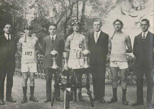 1920er Jahre: Preisgekrönte LSC-Leichtathleten vor dem Löwendenkmal in Luzern. In der Bildmitte mit Nummer 74 ist wieder der erfolgreiche Läufer Hans Zeier zu erkennen.