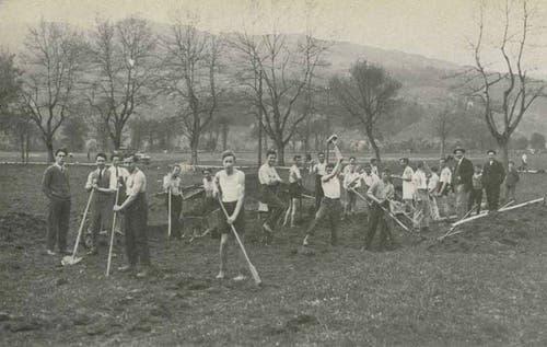 1928: Die Clubmitglieder legen Hand an und bauen die erste Aschenbahn auf der Allmend.