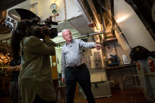 Robert Horlacher, Ingenieur und Vorstandsmitglied der Dampferfreunde Vierwaldstättersee, zeigt einer Tele-1-Journalistin den Motorraum.