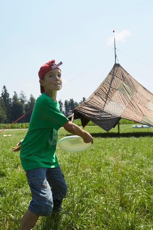Finn Loebbering wirft den Frisbee. (Bild: Jakob Ineichen, 08. Juli 2018)