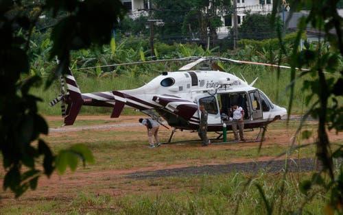 Ein Rettungshelikopter steht beim Eingang zur Höhle bereit. (Bild: Sakchai Lalit/AP (Mae Sai, 9. Juli 2018))