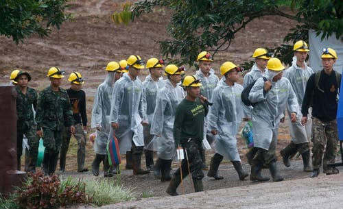 Rettungskräfte auf dem Weg zum Höhleneingang. (Bild: Sakchai Lalit/AP (Mae Sai, 10. Juli 2018))