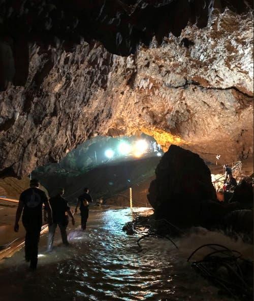 Rettungskräfte in der überfluteten Höhle. (Bild: AP (Mae Sai, 10. Juli 2018))
