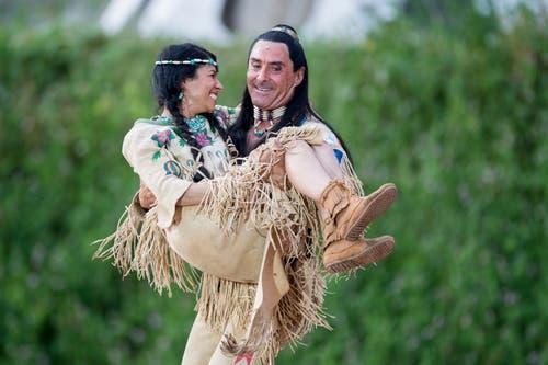 Der Schauspieler Tom Volkers als Winnetou und Giusy Bringold als Ribanna. (Bild: Urs Flüeler / Keystone (Engelberg, 4. Juli 2018))