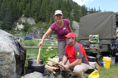 Iwan und Rita Zgraggen kochen auf dem offenen Feuer. (Bild: Markus Zwyssig (Göscheneralp, 7. Juli 2018))