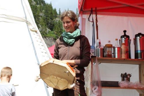 Wenn im Lager etwas Wichtiges ansteht, schlägt Myrta Gisler auf das Indianer-Tambourin. (Bild: Markus Zwyssig (Göscheneralp, 7. Juli 2018))