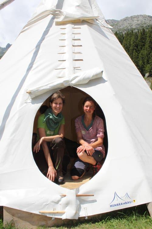 Myrta Gisler (links) und Nadine Bless heissen die Teilnehmer im Tipilager willkommen. (Bild: Markus Zwyssig (Göscheneralp, 7. Juli 2018))