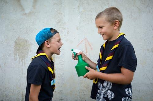 Davide Croce (links) erhält von Loic Scherer einen erfrischenden Schluck Wasser. (Bild: Jakob Ineichen, 7. Juli 2018)