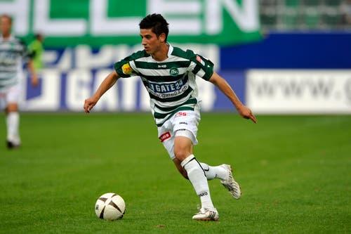 In Querstreifen: Moreno Costanzo im ersten Spiel im neuen St.Galler Stadion im Sommer 2008. (Bild: Urs Jaudas)