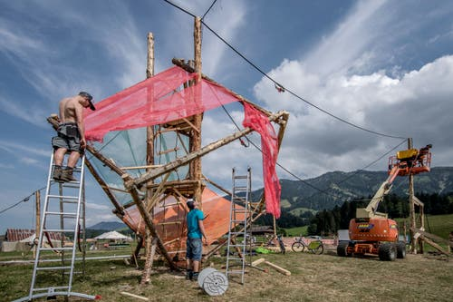 Für die Bauten kommen sowohl die menschlichen Fähigkeiten als auch grosse Maschinen zum Einsatz. (Bild: Pius Amrein (Escholzmatt, 12. Juli 2018))