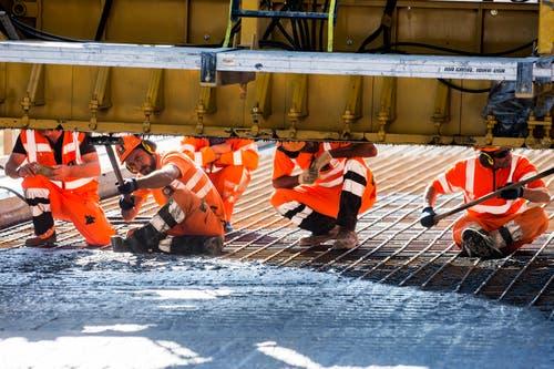 Um ein Rosten der Armierung zu vermeiden, werden Autobahnbrücken abgedichtet. (Bild: Alexandra Wey / Keystone (Goldau, 12. Juli 2018))