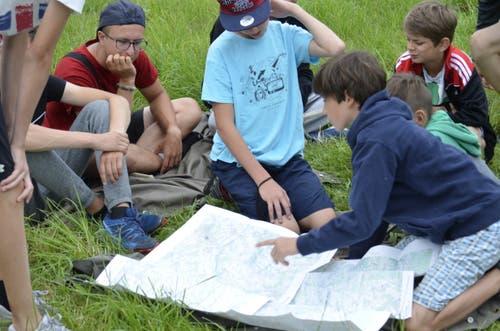 Kinder der Jungwacht Sempach finden heraus, welcher Weg sie in Bischofszell zum Ziel führen wird. (Bild: Jan Hummel/Luca Arnold)
