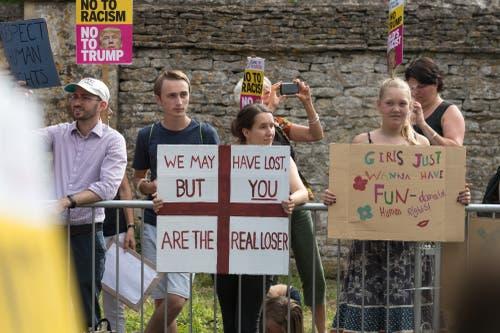 Ein Demonstrantin hält ein Schild mit den Worten «Wir haben zwar verloren, aber DU bist der wahre Verlierer» vor einem Anwesen in Woodstock. (Bild: Matt Cardy/Getty Images)