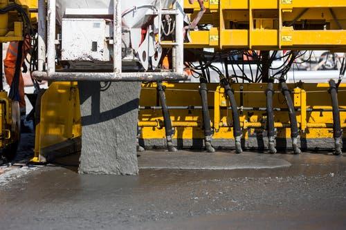 Ultra-Hochleistungs-Faserbeton (UHFB) nennt sich das neue Material, das auf der Autobahn eingebaut wird. (Bild: Alexandra Wey / Keystone (Goldau, 12. Juli 2018))