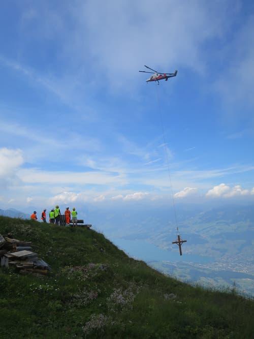 Das Arvikreuz, das dem Sturm Anfang Jahr zum Opfer fiel, ist neu gebaut und nun per Heli auf den Gipfel oberhalb von Kerns geflogen worden. (Bild: PD)
