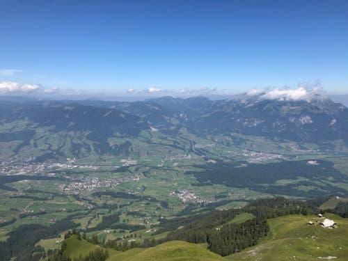 Vom Gipfel auf knapp 2000 Metern über Meer geniesst man eine wunderschöne Aussicht. (Bild: PD)