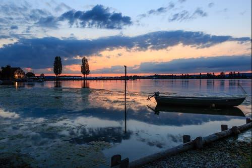Es lohnt sich nach Sonnenuntergang bis zur blauen Stunde zu warten. Am Bodensee in Ermatingen. (Bild: Roland Hof)