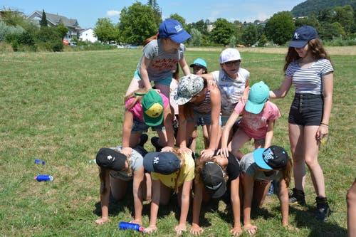 Die Mädchen vom Blauring Sempach formen sich auf der Spielwiese in Köniz zur Pyramide. (Bild: Sandra Locher)