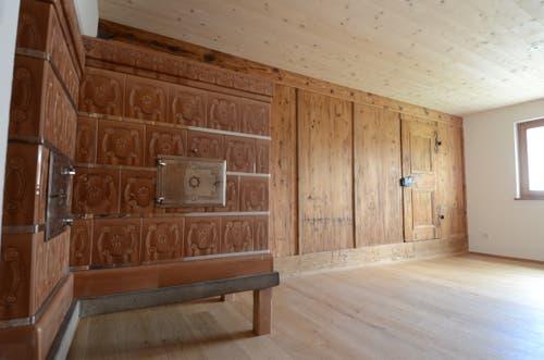 Unter neueren Wandbelägen verbarg sich eine gotische Strickwand und eine alte Türe mit Beschlägen.