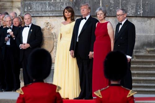 (v.l.) First Lady Melania Trump, Präsident Donald Trump, Premierministerin Theresa May und ihr Mann Philip May schauen die Ankunftszeremonie beim Benheim Palace. (Bild: Will Oliver)