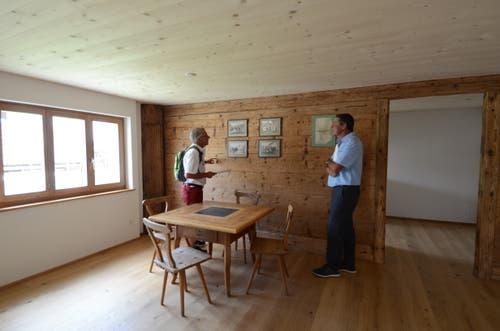 Hausbesitzer Markus Göldi (rechts) führte Gemeindepräsident Peter Kindler nach dem umfangreichen Umbau durch das Zehntenhaus in Salez. (Bilder: Corinne Hanselmann)