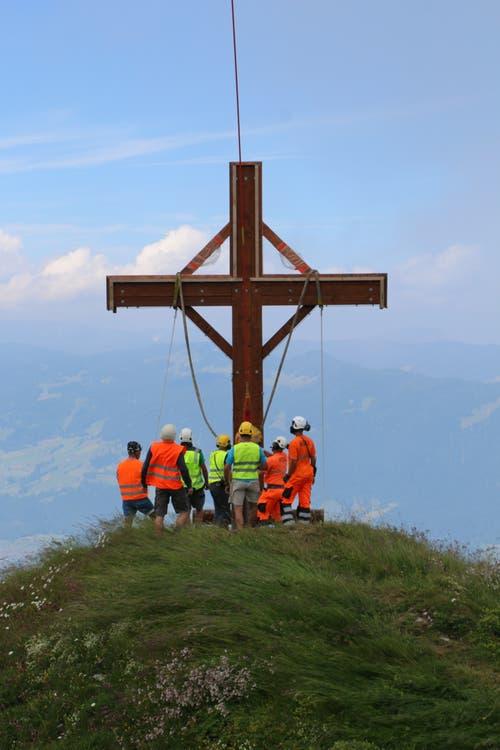 Helfer montieren das neue Kreuz. (Bild: PD)