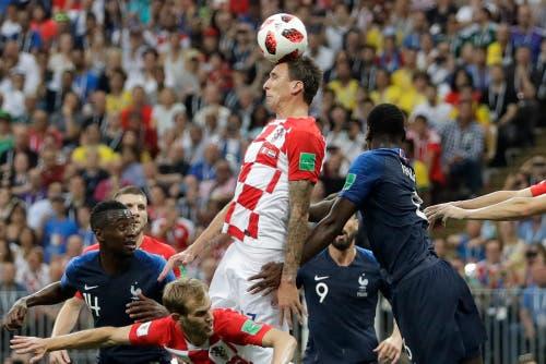 Mario Mandzukic verlängert unglücklich zum 1:0 für Frankreich (Bild: Matthias Schrader /AP)