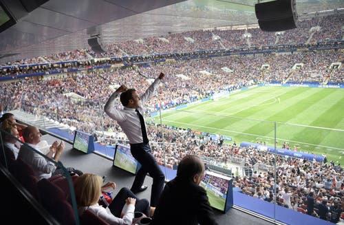 Frankreichs-Präsident Emmanuel Macron jubelt neben Fifa-Präsident Gianni Infantino (links). Bild: Alexei Nikolsky / EPA)