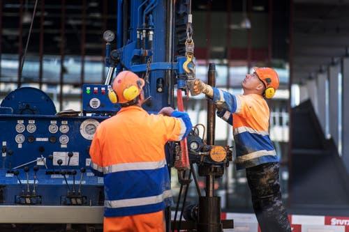 Die Rohre des Bohrgeräts werden zusammengesteckt, bis sie die gewünschte Tiefe erreichen. (Bild: Michel Canonica)