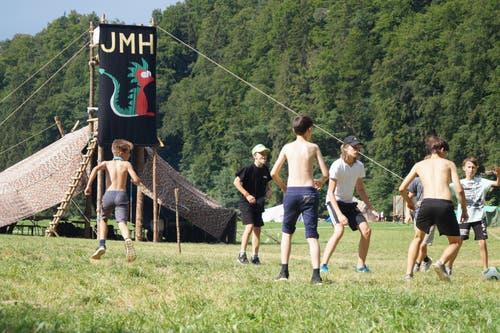 Die Jungwacht Horw beim Frisbee-Basketball-Spiel in Thörishaus BE. (Bild: Florian Lötscher)