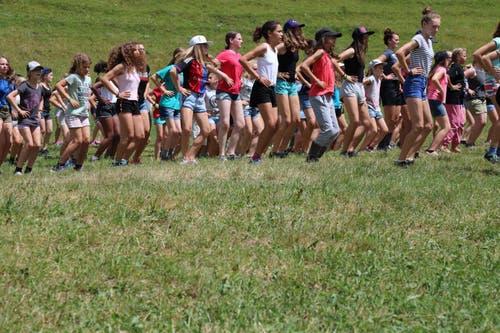 Die Mädchen des Blaurings Malters beim gemeinsamen Tanzen in Zweisimmen. (Bild: Michelle Waser)