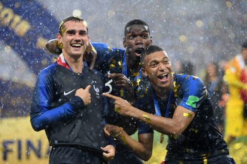 Antoine Griezmann, Paul Pogba und Kylian Mbappe freuen sich über den Titel (Bild: Matthias Hangst / Getty)