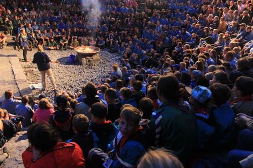 Die Pfadi Sarnen sitzt mit dabei am internationalen Lagerfeuer in Kandersteg. (Bild: Marc Lutz)
