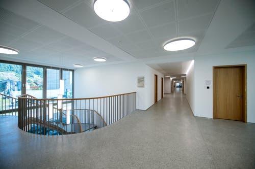 Das Hauptthema sei, den langen Gang mit links und rechts Türen nicht als Spitalkorridor erscheinen zu lassen, so Schumacher. Der Architekt ist zufrieden: «Mit natürlichem und künstlichem Licht, grossen Fenstern und diversen Sitzgelegenheiten ist uns das gelungen. Es ist eine einladende attraktive Korridorfläche geworden.» Trotz hochwertiger Materialien sei es kein «Protzbau», sondern wirke zeitlos und einladend, so Schumacher weiter. Bild: Pius Amrein (Malters, 16. Juli 2018