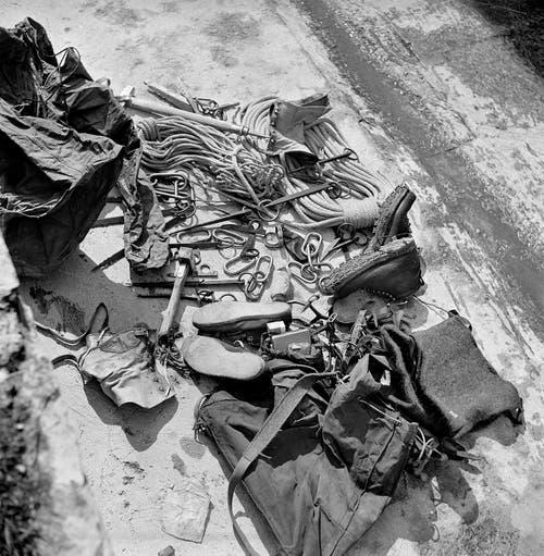 Bergschuhe, Seile, Haken, Karabinerhaken und andere Ausrüstungsgegenstände der Erstbesteiger der Eigernordwand, aufgenommen im Juli 1938 bei Grindelwald. Die Österreicher hatten angeblich die schlechtere Ausrüstung dabei als die zwei deutschen Bergsteiger.