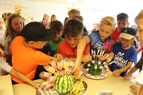 Die Teilnehmer des Pfarreilagers Neuenkirch dürfen sich in Schüpfheim etwas Süsses gönnen. (Bild: Jolanda Schaller)