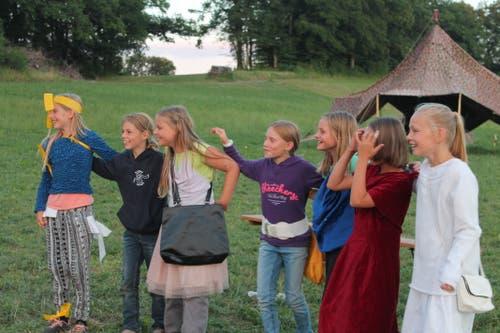 Die Mädchen des Blaurings Schüpfheim zeigen ihr schauspielerisches Können in ihrem Lager in Winikon. (Bild: Ines Emmenegger)