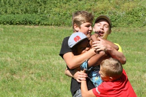 Bei der Jubla Hohenrain-Kleinwangen wird in Metzerlen SO mit vollem Einsatz Rugby gespielt. (Bild: Sarah Meier)