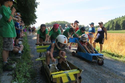 Kinder der Jubla Kanton Zug rasen in Moosleerau AG über den Schotter. (Bild: Nicole Bosshard)
