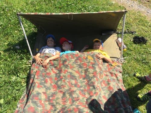 Kinder der Jubla Triengen machen im selbstgebastelten Schlafsack in Stoos ein Nickerchen. (Bild: Annie Kahri)