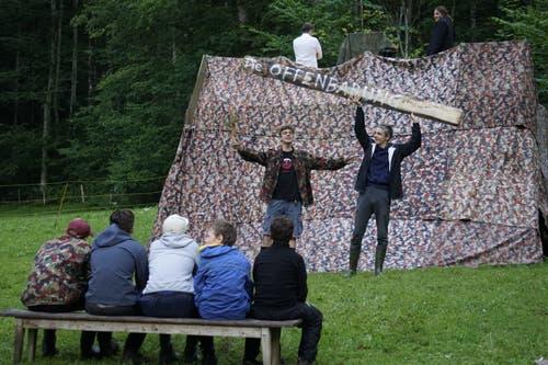 Der Prophet verkündet die Offenbarung: Bei der Pfadi Zytturm Zug hat sich im Lager in Oberrickenbach eine neue «religiöse Gruppierung» gegründet. (Bild: Wels)