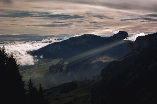 Die Sonne scheint im morgendlichen Glanz um den Hohen Kasten nach Appenzell. (Bild: Nicolas Giovanettoni)