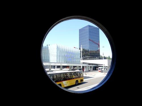 Der Bahnhof St. Gallen durchs Bullauge gesehen. (Bild: Doris Sieber)