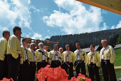 Der Jodelklub Bergfinkli singt beim letzten Auftritt an der Älplerchilbi Gamperfin «De Stechemösler». (Bild: Bilder: Adi Lippuner)