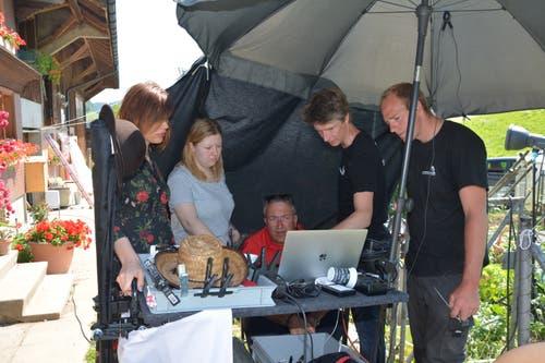 Das Produktionsteam begutachtet die Aufnahmen. Sitzend Produktionsleiter Pieter Versluys, rechts daneben Fotograf Andreas Gemperle. (Bild: Beat Lanzendorfer)