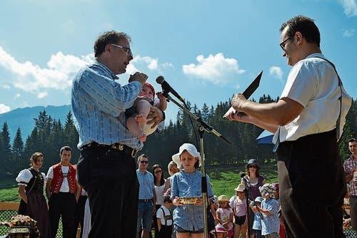 Der evangelische Pfarrer Martin Frey, assistiert von Diakon Patrick Schläpfer bei der Taufe von Elly Wessner.