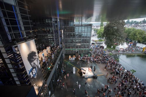 Zuschauer versammeln sich unter dem KKL-Dach. (Bild: Urs Flüeler (Keystone, 20. Juli 2018))