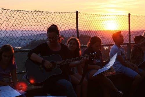 Die Primarschule Rickenbach singt in Weggis bei Sonnenuntergang. (Bild: Basil Bühler)